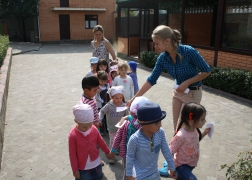 Театр дети-детям: Как волк теленочку мамой был